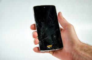 Pęknięta szybka w telefonie - co zrobić